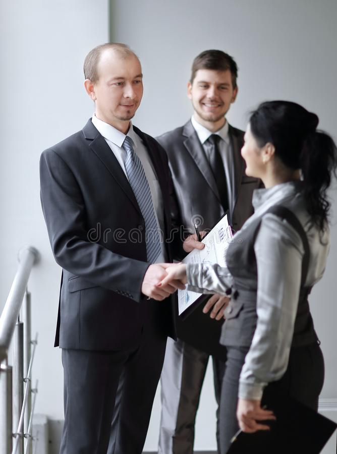 Mile widziany uścisku dłoni kierownik, klient i Pojęcie współpraca zdjęcie stock
