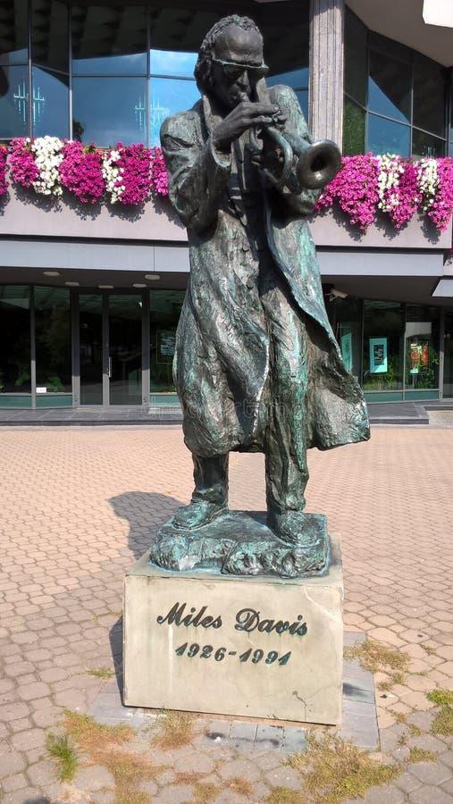Miles Davis Estatua, monumento polonia Kielce imagenes de archivo