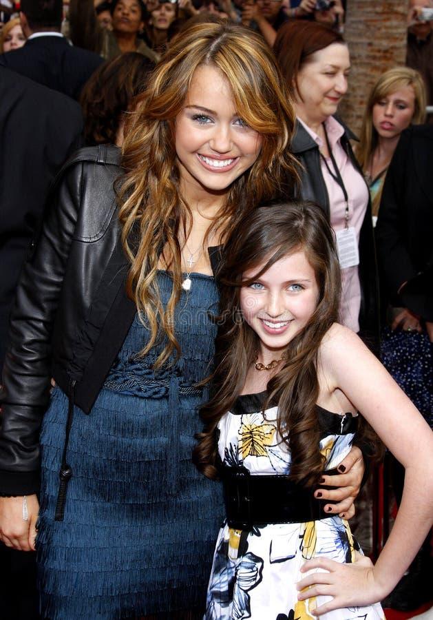 Miley Cyrus en Ryan Newman stock foto