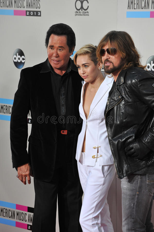 Miley Cyrus y Billy Ray Cyrus y Wayne Newton foto de archivo