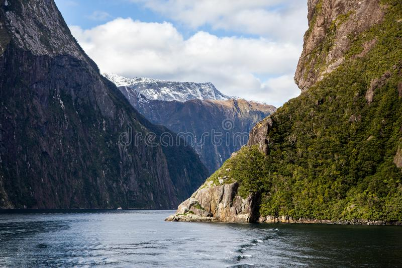 Milford dźwięka Mountainin śniegi Zakrywający szczyty w wodzie zdjęcie stock