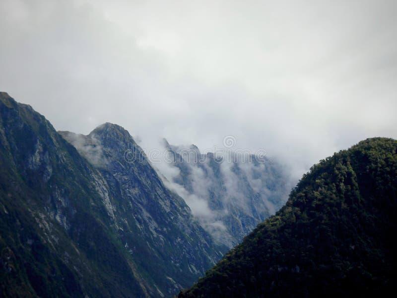 Milford låter moln över fjordarna arkivbild