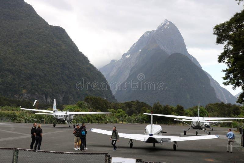 Milford Sound机场和主教高峰新西兰 免版税库存照片
