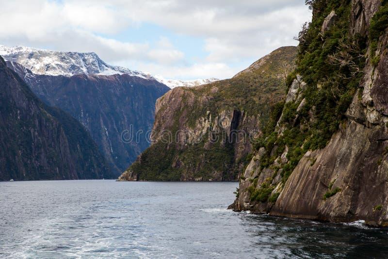 Milford Sound berg i vatten arkivbilder