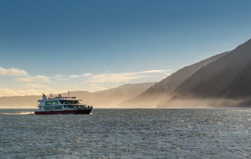 Milford Sound con il parco nazionale di Fiordland della nave da crociera fotografia stock