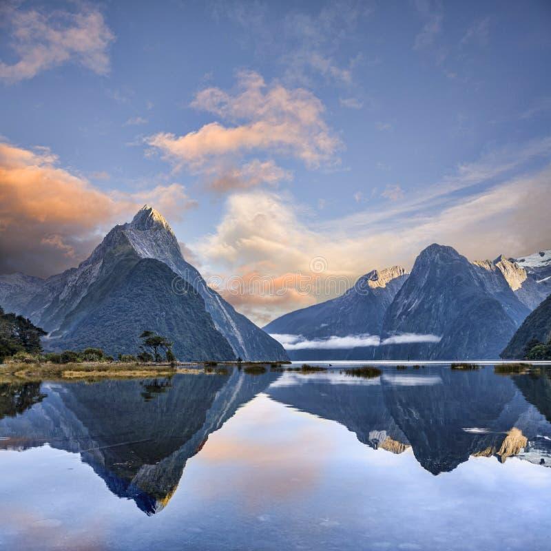 Milford Sound con il picco Fiordland Nuova Zelanda del mitra fotografia stock