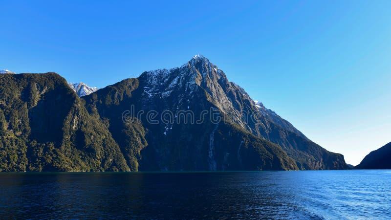 Milford Sound no parque nacional de Fiordland em Nova Zelândia imagem de stock