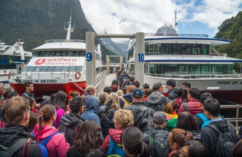 Milford Sound, Nueva Zelanda - September-30-2017: Mucho turista que espera para conseguir en las travesías escénicas del barco an fotos de archivo libres de regalías
