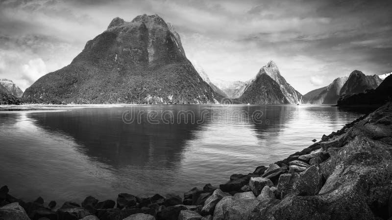 Milford Sound panorama- landskap i svartvitt royaltyfria foton