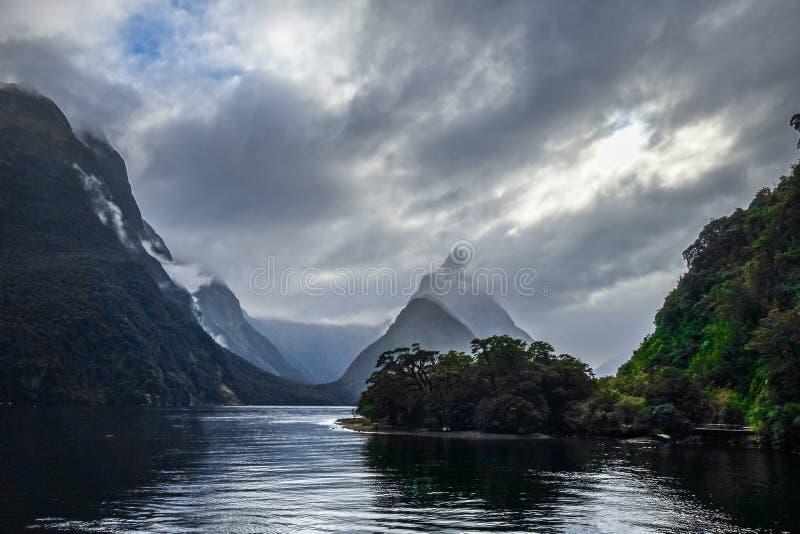 Milford Sound, parque nacional del fiordland, Nueva Zelanda foto de archivo