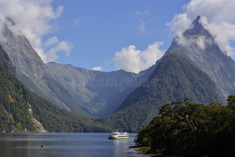 Milford Sound que aturde a paisagem fotografia de stock