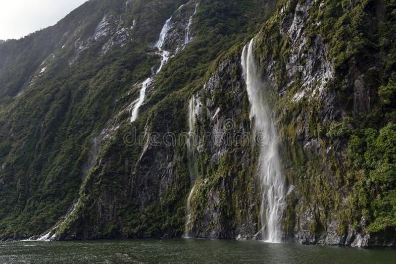 Milford Soundi, un fiord en el sur al oeste de Nueva Zelanda y x27; isla del sur de s, dentro del parque nacional de Fiordland foto de archivo libre de regalías