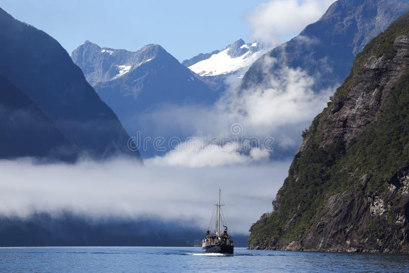 Milfordgeluid in het Nationale Park van Fiordland in Nieuw Zeeland stock afbeeldingen