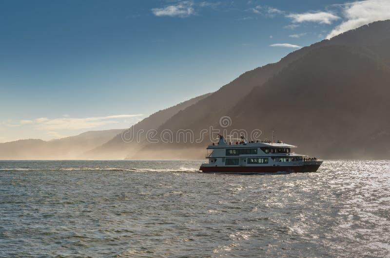 Milfordgeluid met het nationale park van Fiordland van het Cruiseschip, Nieuw Zeeland royalty-vrije stock foto
