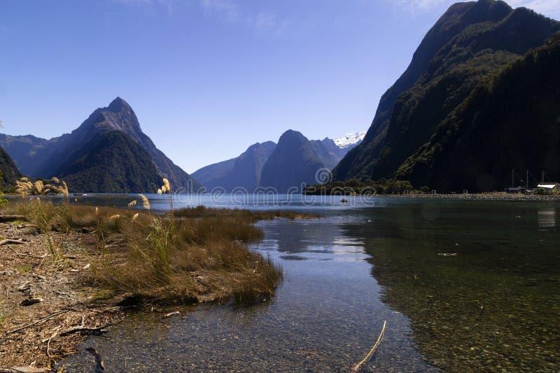 Milfordgeluid, Nieuw Zeeland - bewerk Piek in verstek is het iconische oriëntatiepunt van Milford-Geluid stock afbeelding