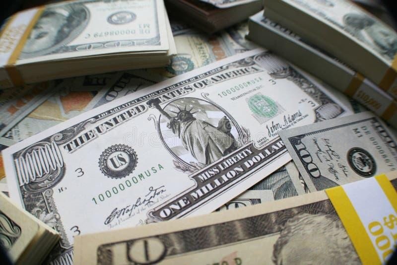 Milhões no dinheiro fecham-se acima de alta qualidade imagens de stock royalty free