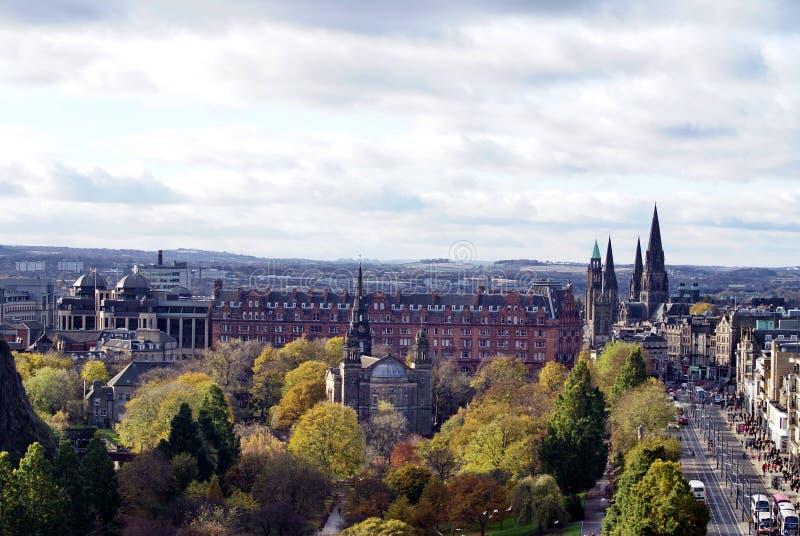Milha real que corre ao lado dos príncipes Rua Parque, Edimburgo, Escócia foto de stock