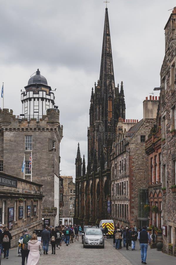 Milha real, rua turística da cidade velha de Edimburgo da cidade em Escócia com com Tron Kirk ou o cubo imagem de stock royalty free
