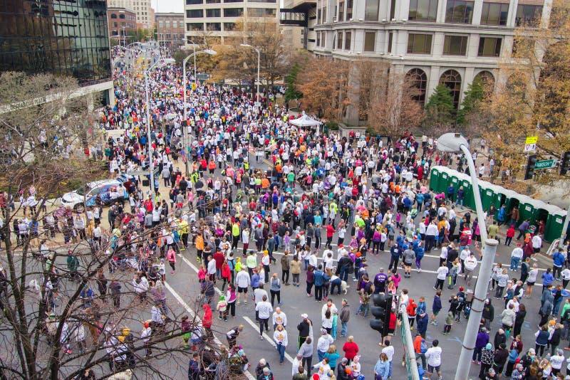 Milhares de corredores que alinham para o traço do pilão, Roanoke, Virgínia, EUA fotos de stock