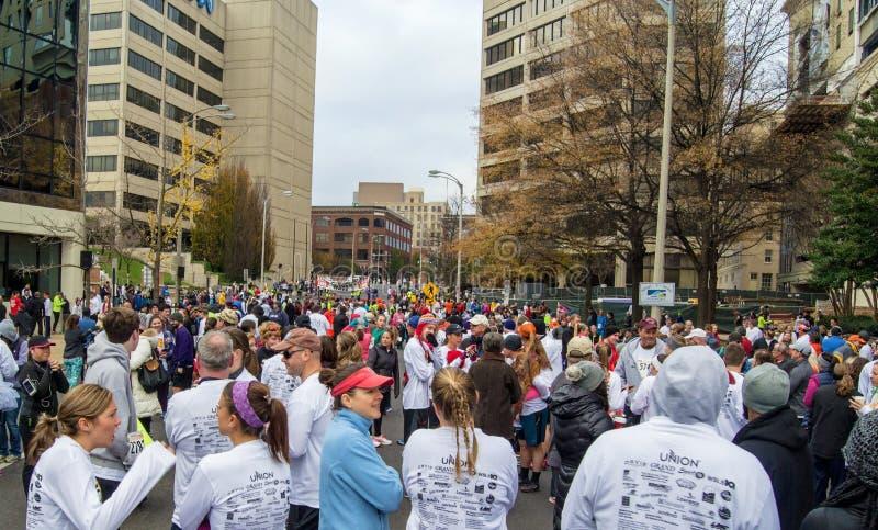 Milhares de corredores que alinham para o traço do pilão, Roanoke, Virgínia, EUA foto de stock royalty free