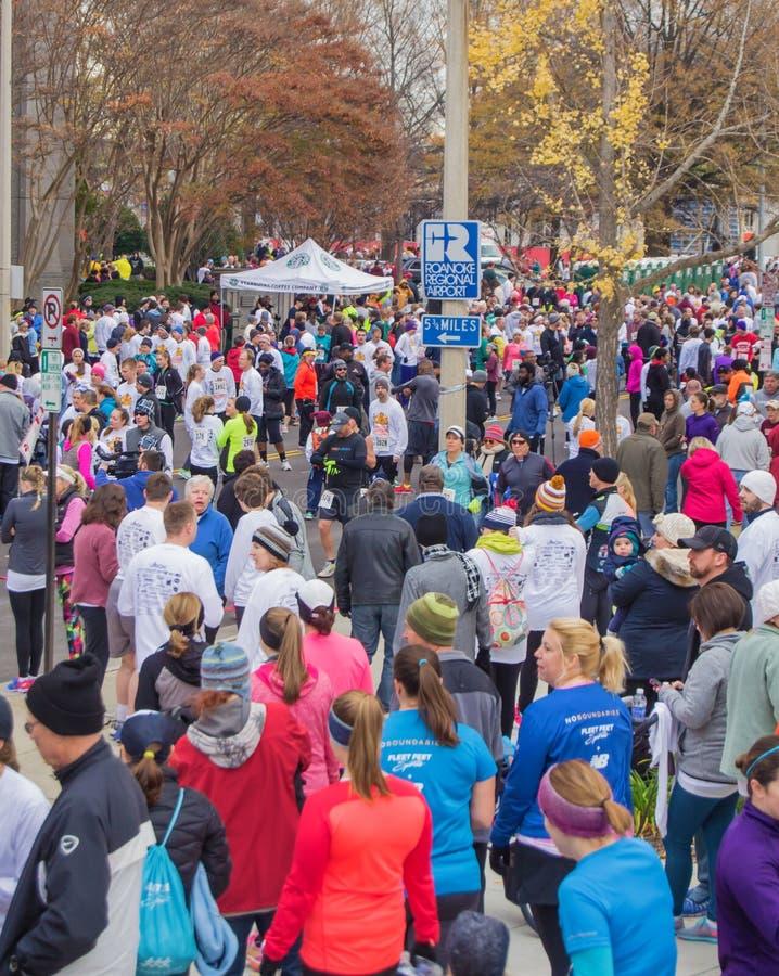Milhares de corredores que registram-se para o traço do pilão, Roanoke, Virgínia, EUA fotografia de stock royalty free