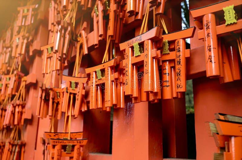 Milhares de portas pequenas do torii dos vermelhões no santuário de Fushimi Inari fotografia de stock royalty free