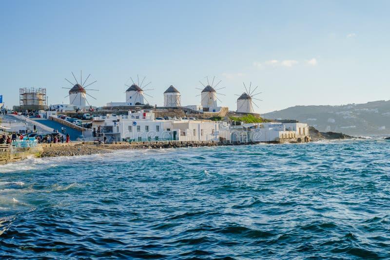 Milhas na colina perto do mar na ilha de Mykonos, na Grécia - principal atração da ilha imagens de stock royalty free