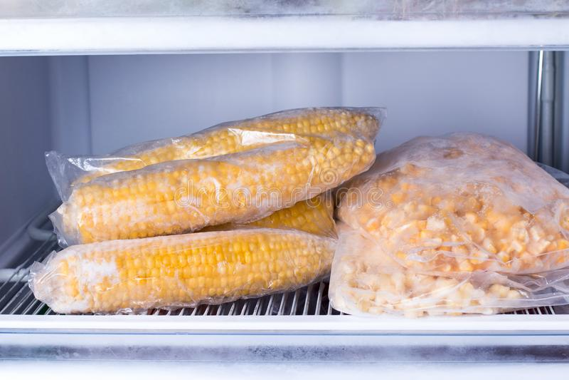 Milho congelado no saco no fim do congelador acima fotos de stock