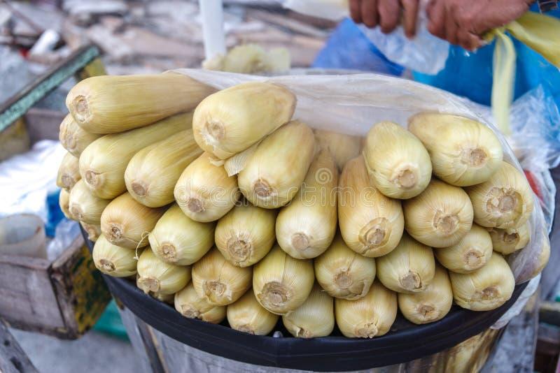 Milho cozinhado em Manila imagens de stock royalty free