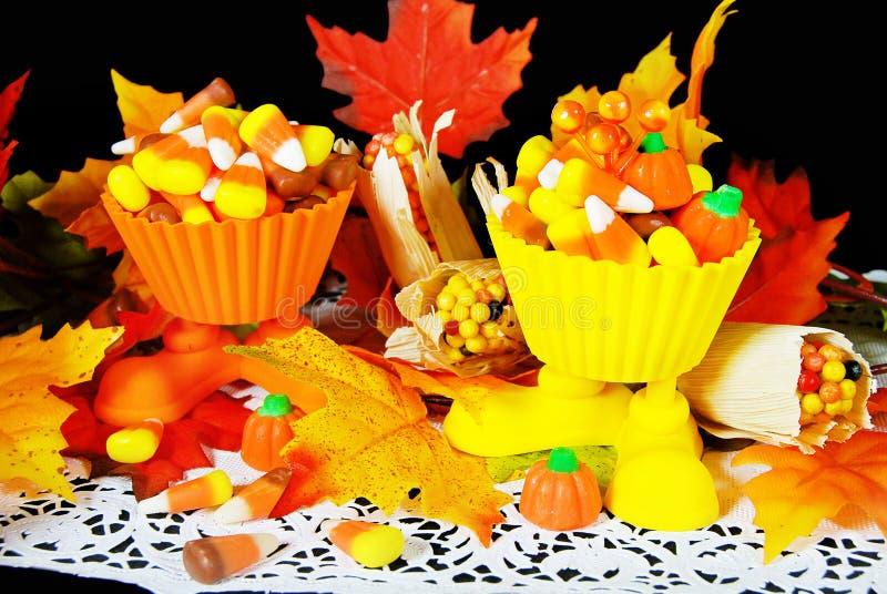 Milho de doces do outono em uns copos com folhas fotos de stock