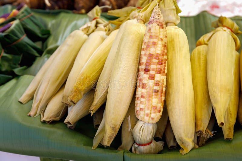 Milho doce cozinhado nas folhas da banana fotografia de stock