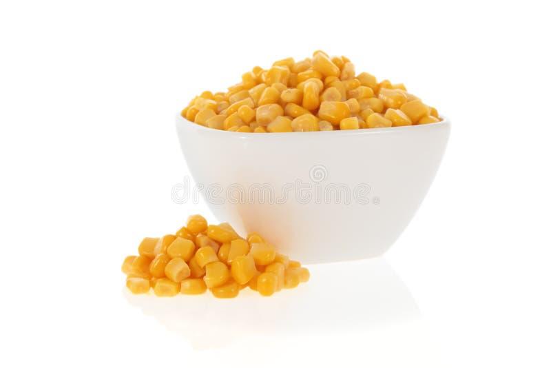 Milho doce em uma bacia fotografia de stock