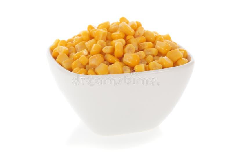 Milho doce em uma bacia isolada no branco imagens de stock royalty free