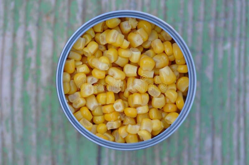 Milho doce enlatado em uma lata de lata imagens de stock