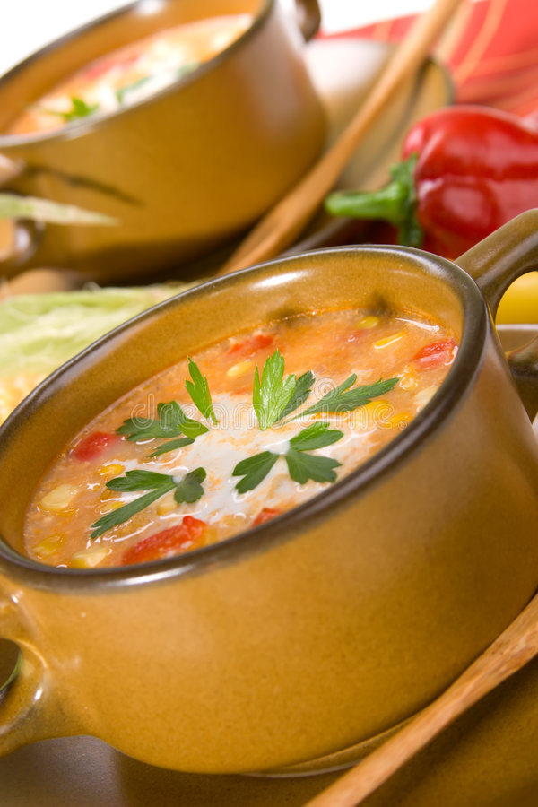 Milho e chowder vermelho dos pimentões foto de stock