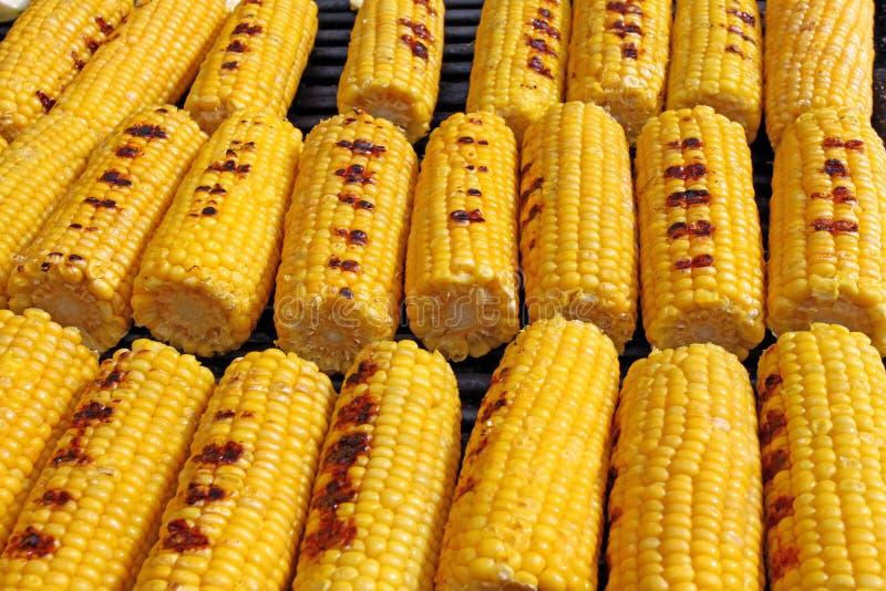 Milho Espigas de milho orgânicas frescas que grelham em um assado Grãos grelhados Espigas de milho cozidas amarelas Textura grelh imagem de stock