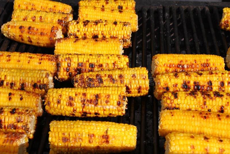 Milho Espigas de milho orgânicas frescas que grelham em um assado Grãos grelhados Espigas de milho cozidas amarelas Textura grelh fotografia de stock