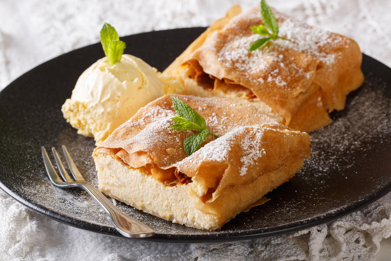 Milhojas cortado del queso con el primer del helado de vainilla horizonta imagenes de archivo