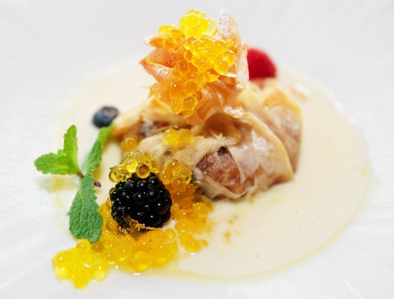 Milhojas de Apple con el caviar dulce molecular foto de archivo