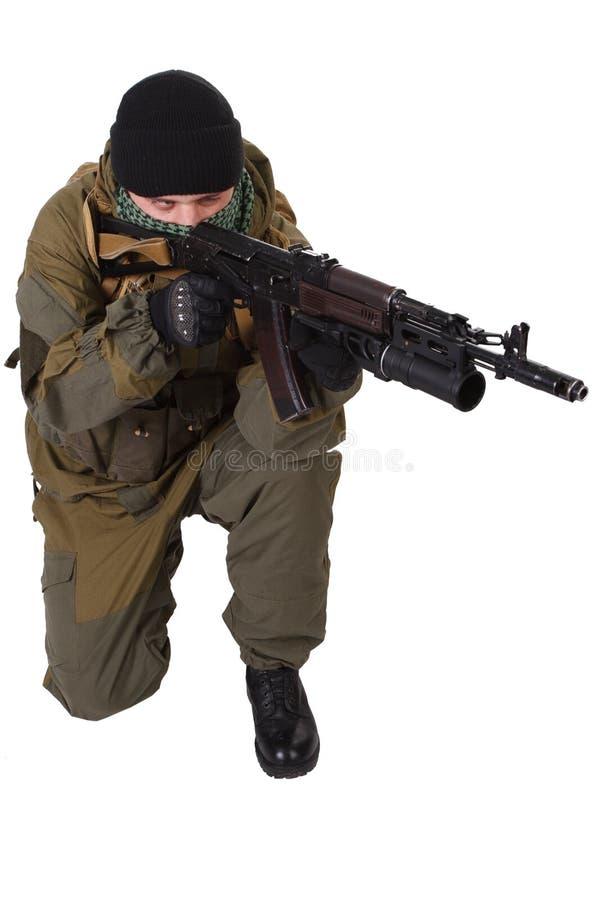 Miliciano favorable-ruso con el rifle de ak-47 del Kalashnikov con el lanzagranadas del debajo-barril imagenes de archivo