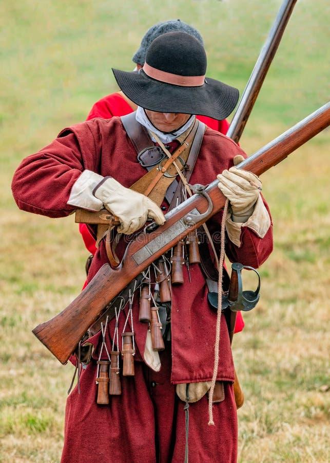 Miliciano inglés de la guerra civil que prepara su mosquete foto de archivo libre de regalías