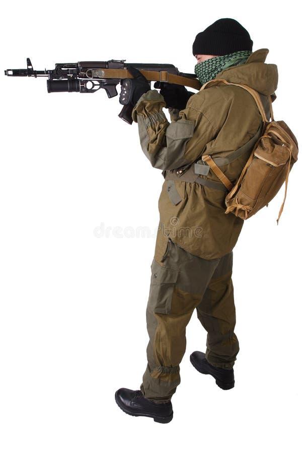 Milicien pro-russe avec le fusil d'ak-47 de kalachnikov avec le lance-grenades de sous-baril photo stock