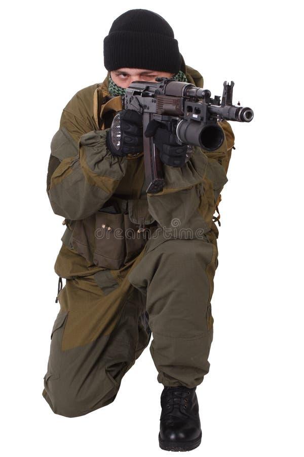 Milicien pro-russe avec le fusil d'ak-47 de kalachnikov avec le lance-grenades de sous-baril images libres de droits