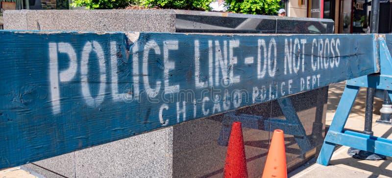 Milicyjna linia CZERWIEC 11, 2019 no krzyżuje bariery w Chicago, CHICAGO -, usa - zdjęcia royalty free