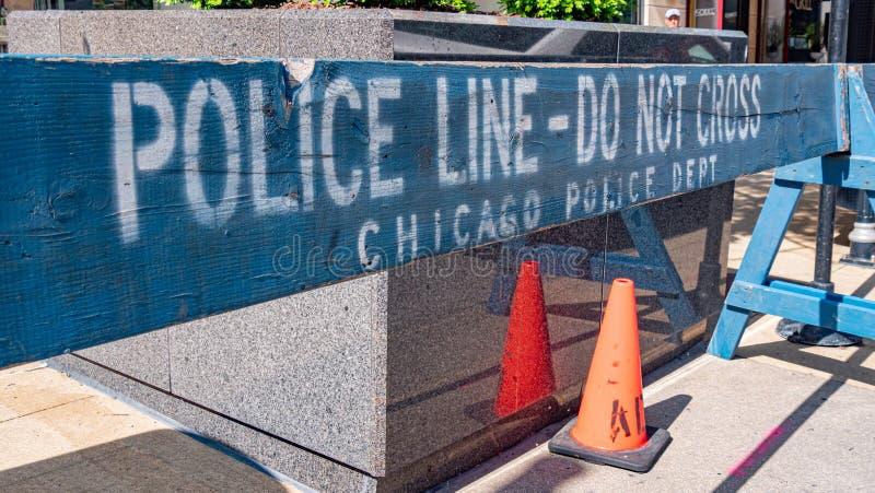 Milicyjna linia CZERWIEC 11, 2019 no krzyżuje bariery w Chicago, CHICAGO -, usa - zdjęcie royalty free
