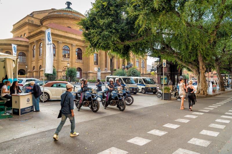 Milicyjna poczta na rowerach przed sławnym opera teatrem Massimo Vittorio Emanuele w Palermo zdjęcie royalty free