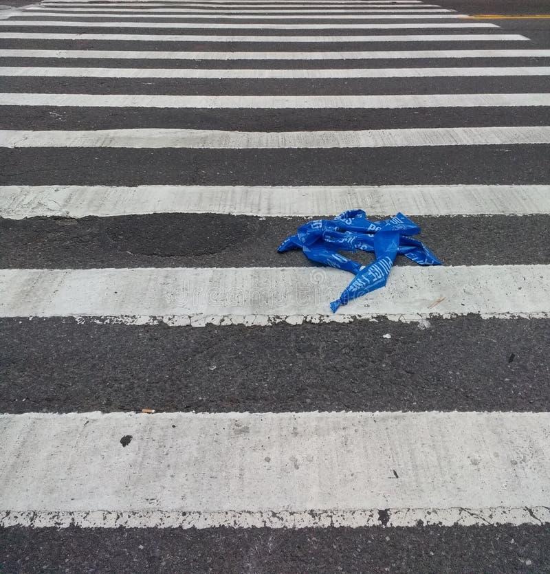 Milicyjna taśma, egzekwowanie prawa taśma, barykady taśma, bariery taśma, Milicyjna linia w Crosswalk zdjęcie royalty free