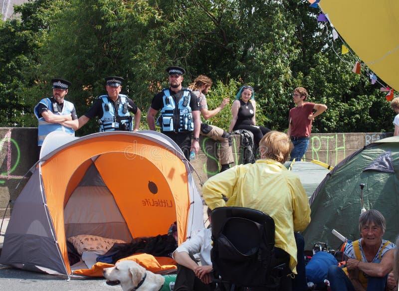 Milicyjni kontaktów biura, namioty w drodze przy wygaśnięcie bunta protestem blokuje Victoria most w Leeds i zdjęcia royalty free