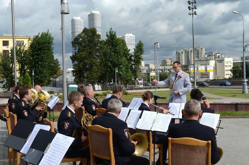 Milicyjny mosiężny zespół wykonuje na Prospekcie Mira w Moskwa obrazy stock