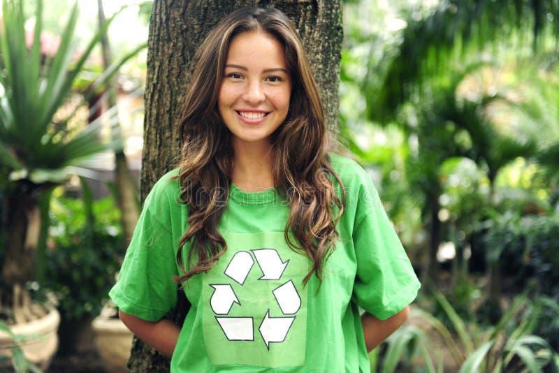 Milieu activist die kringloopt-shirt draagt stock foto's